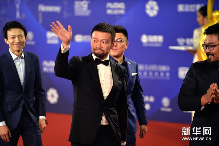 4月20日,电影《流浪地球》导演郭帆(左二)亮相闭幕红毯。 当日,第九届北京国际电影节在北京怀柔国家中影数字制作基地闭幕。 新华社记者 金马梦妮 摄<br/>