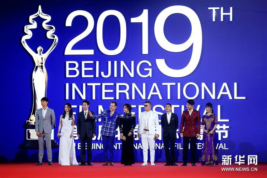 4月20日,电影《变色龙之绝杀》剧组成员亮相闭幕红毯。 当日,第九届北京国际电影节在北京怀柔国家中影数字制作基地闭幕。 新华社记者 沈伯韩 摄<br/>