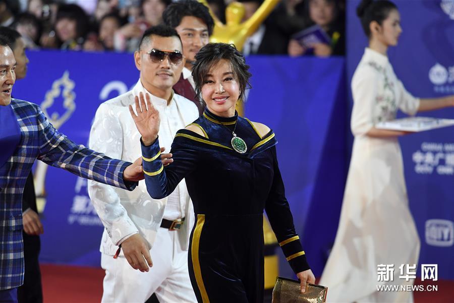 4月20日,刘晓庆亮相闭幕红毯。 当日,第九届北京国际电影节在北京怀柔国家中影数字制作基地闭幕。 新华社记者 唐奕 摄<br/>