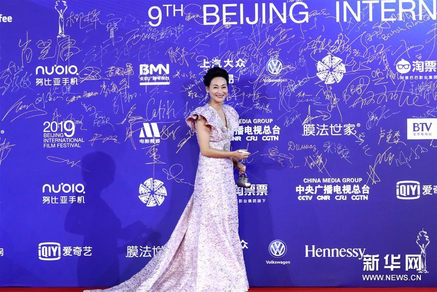 4月20日,惠英红亮相闭幕红毯。 当日,第九届北京国际电影节在北京怀柔国家中影数字制作基地闭幕。 新华社记者 张玉薇 摄<br/>