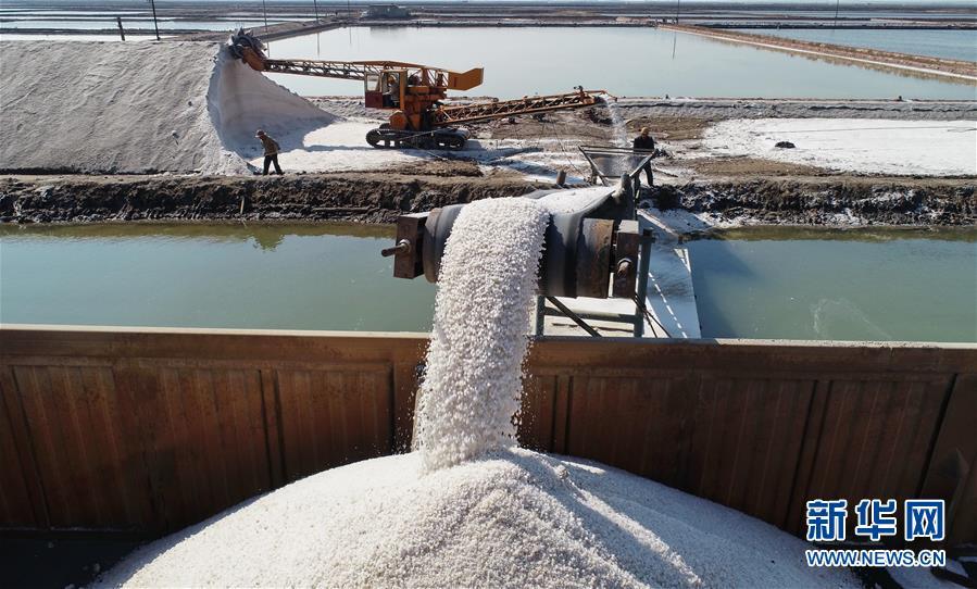 <br/>   4月22日,长芦盐区唐山海港经济开发区大清河盐场的工人在操作机械设备将收获的春盐装车,运送到加工企业(无人机拍摄)。新华社记者杨世尧摄