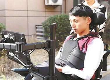 帮助渐冻人 师生研发国际首款眼球控制轮椅