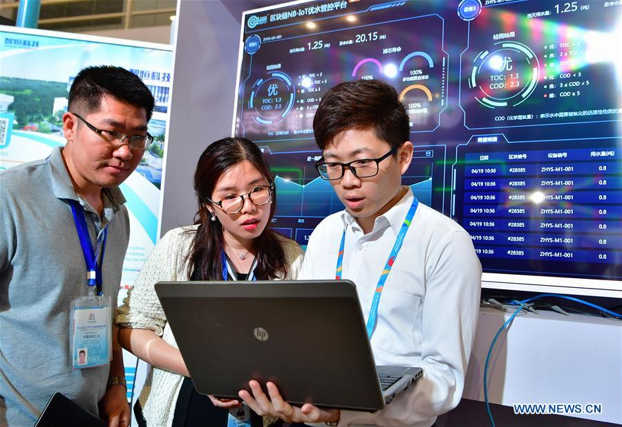 A staff member from a water ecology management service provider shows visitors how to test drinking water quality using a block-chain-based management and control system at the 2nd Digital China Exhibition in Fuzhou, southeast China's Fujian Province, May 5, 2019. The 2nd Digital China Exhibition runs from May 5 to 9 at the Fuzhou Strait International Conference & Exhibition Center. (Xinhua/Wei Peiquan)<br/>