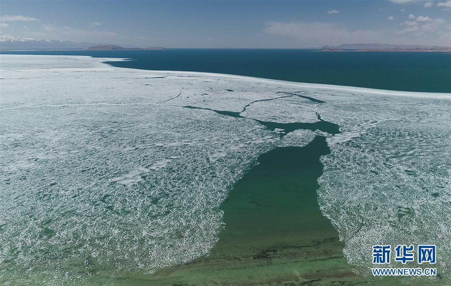 <br/>   5月8日无人机拍摄的西藏纳木错开湖画面。 随着气温升高,西藏纳木错解冻开湖,迎接即将到来的旅游旺季。 新华社记者 普布扎西摄