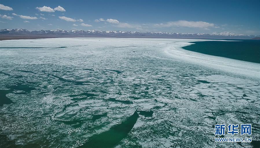 5月8日无人机拍摄的西藏纳木错开湖画面。 随着气温升高,西藏纳木错解冻开湖,迎接即将到来的旅游旺季。 新华社记者 普布扎西摄<br/>