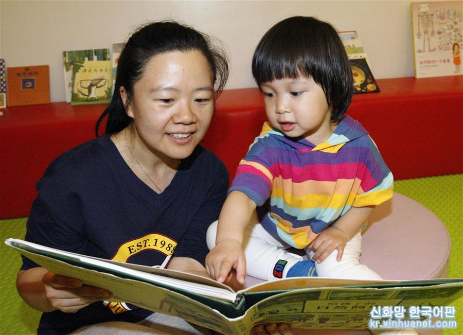 높은 질의 동반을 제창하고 부모와 아이가 함께 하는 열독을 전면적으로 홍보하기 위해, 지무바오베이(積木寶貝)조기교육그룹은 연일 기계공업출판사, 칭다오(青島)출판사 등 8대 출판 기구와 공동으로 베이징에서 그림책카니발 행사를 거행했다. [촬영/ 신화사 기자 류롄펀(劉蓮芬)]<br/>