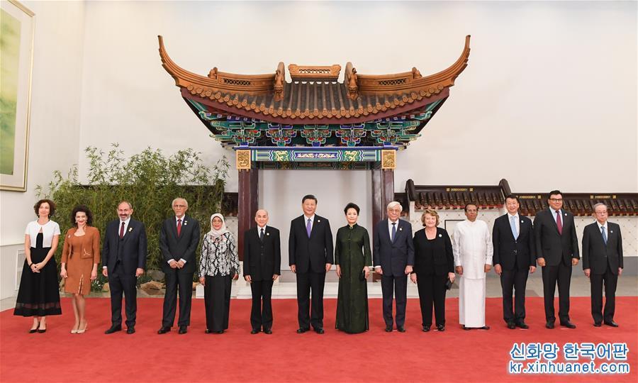 (时政)(2)习近平和彭丽媛欢迎出席亚洲文明对话大会的外方领导人夫妇及嘉宾