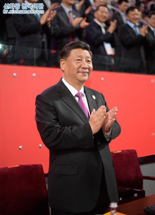 5월 15일 저녁, 시진핑 중국 국가주석과 부인 펑리위안 여사가 베이징 국가체육장에서 아시아문명대화대회에 참석한 외국 지도자 부부와 함께 아시아 문화 카니발 행사에 참석했다. [촬영/ 신화사 기자 리쉐런(李學仁)]
