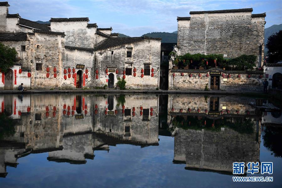<br/>   这是安徽黟县宏村风景区内的古民居(5月22日摄)。初夏时节,安徽省黟县宏村风景区的徽派建筑在晨光中如同画卷一般,美不胜收。新华社记者刘军喜摄<br/>