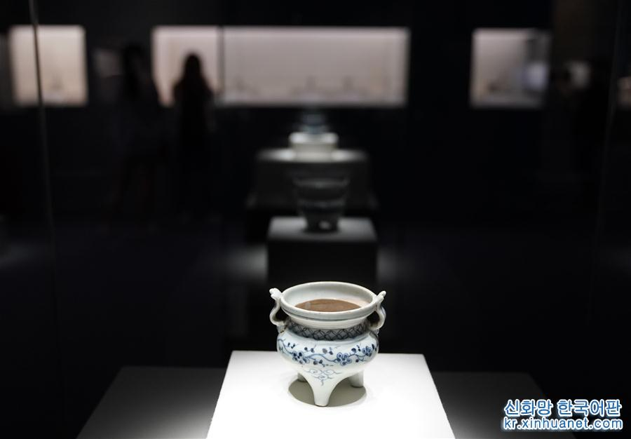 5월 21일, 중국국가박물관이 주관한, 국내 11개 박물관이 소장한 대표적 문화재를 한곳에 모은 &lsquo;해우회동(海宇會同)&mdash;원나라 도자기문화전&rsquo;이 베이징 중국국가박물관에서 성대하게 개막했다. 원나라 도자기 위주로 96점의 대표적인 문화재가 이번 전시에 모습을 드러냈다. [촬영/ 신화사 기자 진량콰이(金良快)]<br/>