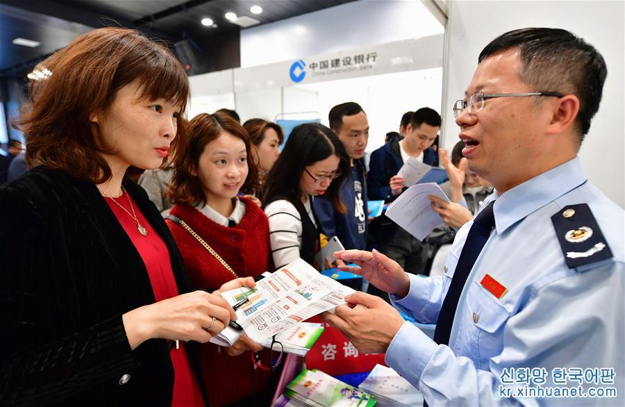 한 건축공정 기업의 직원(왼쪽 1번째)이 푸저우 자유무역구 세무국-기업-은행 3자 매칭회에서 푸저우 경제기술개발구 세무국 직원에게 세수 우대 정책에 대해 문의하고 있다. (5월9일 촬영) [촬영/신화사 기자 웨이페이취안(魏培全)]<br/>