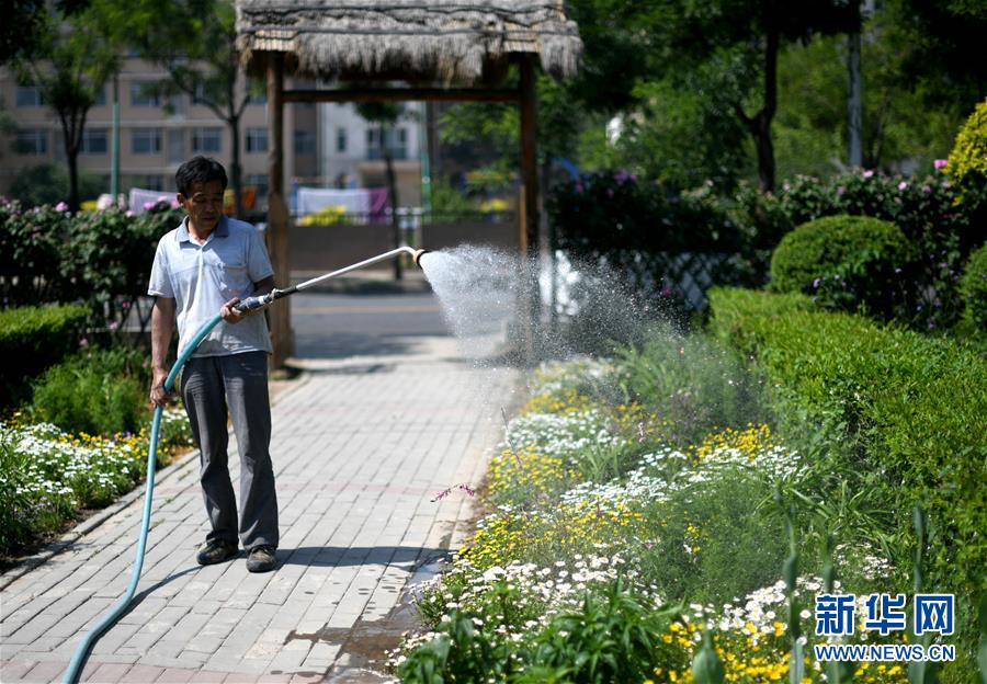 <br/>   5月23日,工作人员在泰达园林植物资源库百花园内浇水。 位于天津经济技术开发区的泰达园林植物资源库曾是一片盐碱滩,被称为&ldquo;绿色植物的禁区&rdquo;。经过近10年绿化建设,已经建成10多个植物专类园,拥有植物6000余种,成为集科研、科普、示范和观赏功能为一体的植物资源库。 新华社记者岳月伟摄<br/>