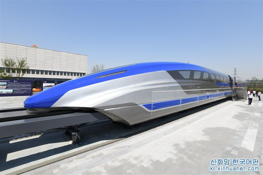 5월 23일, 중국의 시속 600km 고속 자기부상 실험열차가 칭다오(青島)에서 조립을 완성했다. 이는 중국이 고속 자기부상 기술 분야에서 중대한 돌파를 가져왔음을 의미한다. 고속 자기부상열차는 항공과 고속철도 여객운송 사이의 여행속도 공백을 메울 수 있고 중국의 입체 고속 여객운송 교통망을 완비화시키는 데 중대한 기술적·경제적 의미가 있다. [촬영/ 신화사 기자 리쯔헝(李紫恒)]