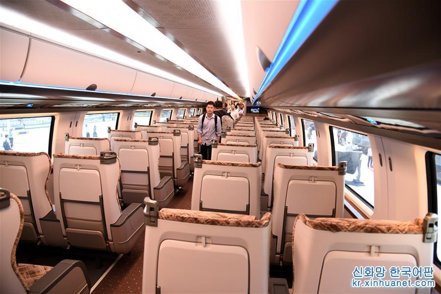 5월 23일, 중국의 시속 600km 고속 자기부상 실험열차가 칭다오(青島)에서 조립을 완성했다. 이는 중국이 고속 자기부상 기술 분야에서 중대한 돌파를 가져왔음을 의미한다. 고속 자기부상열차는 항공과 고속철도 여객운송 사이의 여행속도 공백을 메울 수 있고 중국의 입체 고속 여객운송 교통망을 완비화시키는 데 중대한 기술적&middot;경제적 의미가 있다. [촬영/ 신화사 기자 리쯔헝(李紫恒)]<br/>