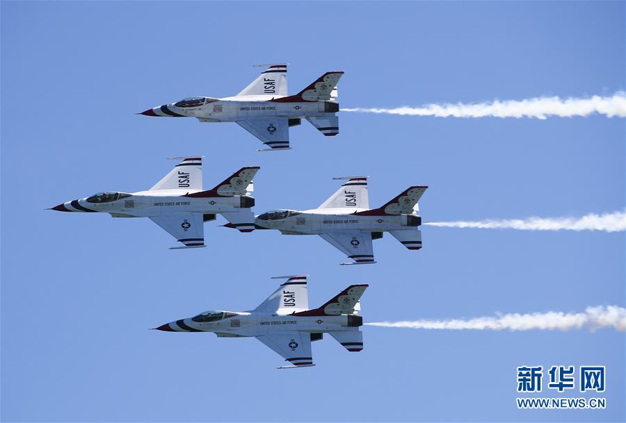 5月25日,在美国纽约州琼斯海滩上空,美国空军雷鸟飞行表演队进行飞行表演。 当日,琼斯海滩上演一年一度的飞行秀,精彩纷呈的飞行表演吸引众多游客前来观看。 新华社记者 王迎 摄<br/>