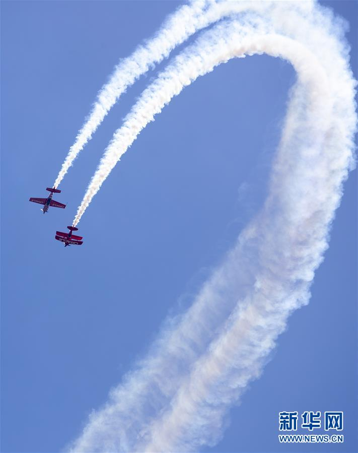 5月25日,在美国纽约州琼斯海滩上空,甲骨文飞行表演队进行飞行表演。 当日,琼斯海滩上演一年一度的飞行秀,精彩纷呈的飞行表演吸引众多游客前来观看。 新华社记者 王迎 摄