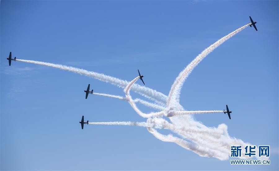 5月25日,在美国纽约州琼斯海滩上空,GEICO飞行表演队进行飞行表演。 当日,琼斯海滩上演一年一度的飞行秀,精彩纷呈的飞行表演吸引众多游客前来观看。 新华社记者 王迎 摄<br/>