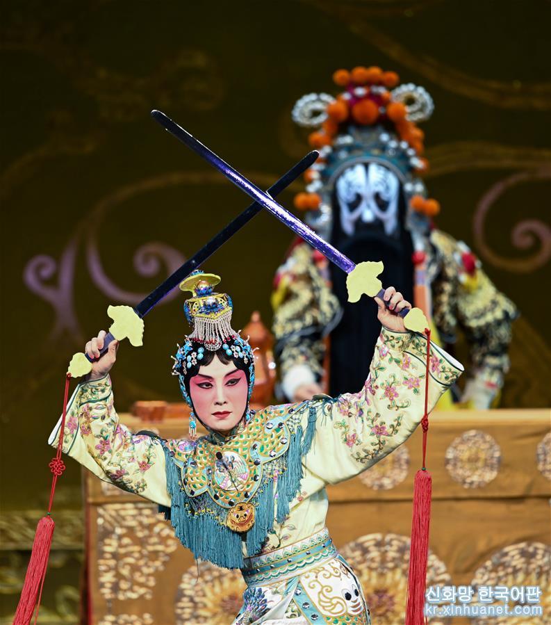 유명한 징쥐 배우 장훠딩이 처음 연기한 징쥐 &lsquo;패왕별희&rsquo;가 25일 베이징 창안대극원에서 상연돼 &lsquo;Meet in Beijing&rsquo; 아트 페스티벌의 피날레를 장식했다. 올해 &lsquo;Meet in Beijing&rsquo; 아트 페스티벌은 &lsquo;아시아 문화 공연&rsquo;을 결합해 &lsquo;아시아문명대화대회&rsquo;의 부대행사로 열렸다. [촬영/신화사 기자 천예화(陳曄華)]<br/>