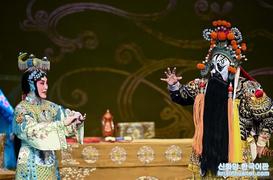 유명한 징쥐 배우 장훠딩이 처음 연기한 징쥐 '패왕별희'가 25일 베이징 창안대극원에서 상연돼 'Meet in Beijing' 아트 페스티벌의 피날레를 장식했다. 올해 'Meet in Beijing' 아트 페스티벌은 '아시아 문화 공연'을 결합해 '아시아문명대화대회'의 부대행사로 열렸다. [촬영/신화사 기자 천예화(陳曄華)]