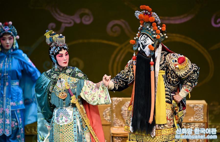 5월25일, 별희 역의 장훠딩(張火丁∙왼쪽)과 항우 역의 가오무쿤(高牧坤)이 징쥐(京剧,경극) &lsquo;패왕별회&rsquo;에서 연기를 하고 있다.<br/>  유명한 징쥐 배우 장훠딩이 처음 연기한 징쥐 &lsquo;패왕별희&rsquo;가 25일 베이징 창안대극원에서 상연돼 &lsquo;Meet in Beijing&rsquo; 아트 페스티벌의 피날레를 장식했다. 올해 &lsquo;Meet in Beijing&rsquo; 아트 페스티벌은 &lsquo;아시아 문화 공연&rsquo;을 결합해 &lsquo;아시아문명대화대회&rsquo;의 부대행사로 열렸다. [촬영/신화사 기자 천예화(陳曄華)]<br/>