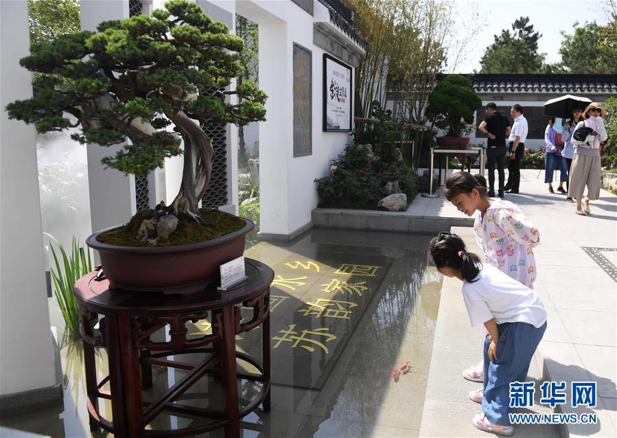 <br/>   6月2日,游客在江苏园游览。<br/>  当日,2019年中国北京世界园艺博览会&ldquo;江苏日&rdquo;活动在北京世园会园区举行。<br/>  新华社记者 张晨霖 摄<br/>