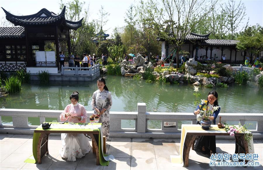 6월2일, 베이징 세계원예박람회 장쑤(江蘇)정원에서 펼쳐진 공연. 중국 대륙 동부 연해에 위치한 장쑤는 수년간 최적화된 생태배치, 경공업 중심의 산업구조, 녹색 발전을 목표로 수를 놓듯 세심하고 성실하게 정성을 기울여 아름다운 경관을 한땀한땀 수놓았다. &lsquo;강남의 원림(園林)은 천하 제일이고, 쑤저우 원림은 강남 제일&rsquo;이라는 말이 있다. 쑤저우 원림은 춘추시대에 건설되기 시작해 당송 시대에 발전했고, 명청 시대에 번성했다. 1997년 쑤저우 고전원림이 세계 유산 명단에 등재됐다. 2018년 쑤저우 원림 명단에 등재된 원림은 총 108곳에 달해 쑤저우는 &lsquo;원림도시&rsquo;에서 &lsquo;100개의 원림 도시&rsquo;가 되었다. &lsquo;물의 고장&rsquo;으로 유명한 장쑤는 1/6이 수역(水域)으로 물과 관련된 일로 생계를 유지하고 물로 인해 발전한다. 하장제는 타이후 정비에서 시작됐다. 현재 장쑤에는 성, 시, 현, 향, 촌의 5급 &lsquo;하장&rsquo; 5만7천여 명이 장쑤 전역의 물을 관리하고 있다. 6월2일부터 6월4일까지 베이징 세계원예박람회는 &lsquo;장쑤의 날&rsquo; 행사를 열었다. &lsquo;물의 도시 장쑤, 아름다운 정원&rsquo;을 주제로 열린 행사는 산업과 전통 문화의 융합을 부각해 특색 원예 성과를 전방위적으로 소개했다. [촬영/신화사 기자 장천린(張晨霖)]<br/>