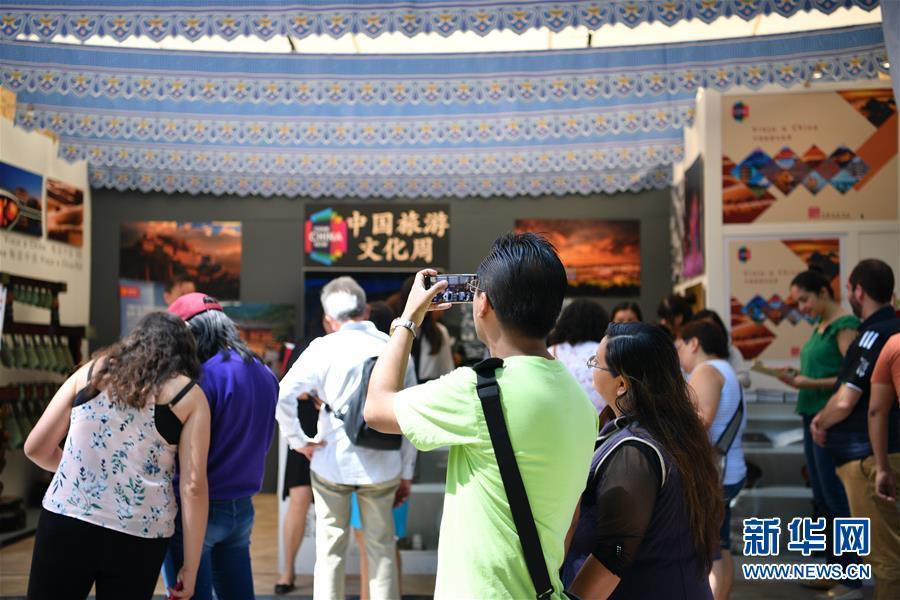 지난 1일 멕시코 수도 멕시코시티에서 열린 제 11회 멕시코시티국제문화박람회에서 중국 부스가 관람객들의 발길을 사로잡고 있다. [사진 출처: 신화망]<br/>