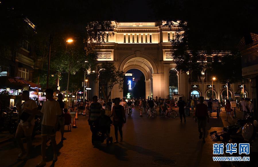 6月9日,人们在天津市五大道夜间经济示范街区散步休闲。天津市政府通过建设一批夜间经济载体,打造&ldquo;夜津城&rdquo;,提升城市开放活跃度。目前,围绕运河文化、历史风貌、城市活力等主题的6个市级夜间经济示范街区正加紧建设,其中五大道和运河新天地夜间经济示范街区已经开街运营,吸引众多市民和游人前来消夏休闲。<br/>