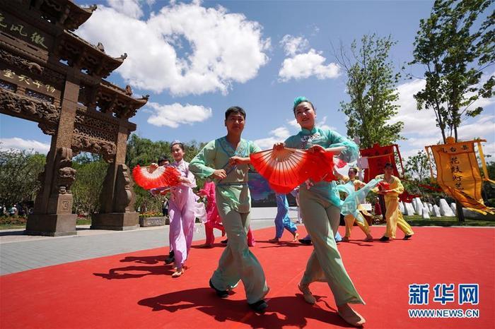 6월 9일, 안휘원 입구에서 '부부 관등' 공연이 펼쳐졌다<br/>  6월 9일, 2019년 중국 베이징세계원예박람회 '안휘의 날' 행사가 베이징세계원예박람회 구역에서 열렸습니다.<br/>