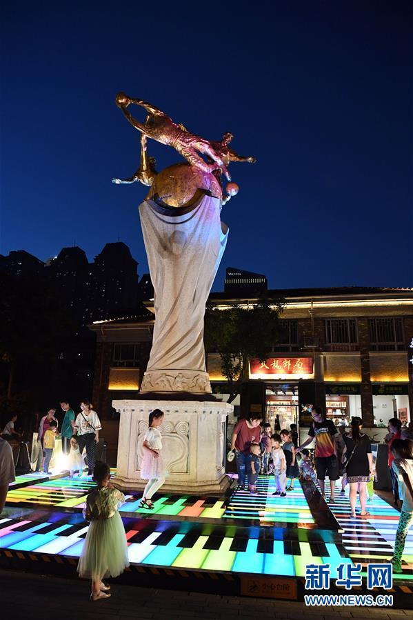 <br/>   6月9日,小朋友在天津市五大道夜间经济示范街区玩耍。新华社记者 马平 摄