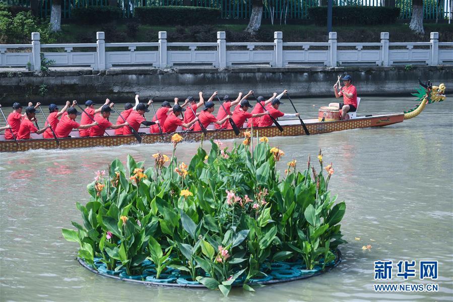 지난 4일 퉁샹(桐鄉)시 저우취안(洲泉)진의 용선(龍舟: 드래곤 보트)팀이 샹시(湘溪)공원 옆 물 위에서 훈련하고 있다. 이들은 2019 자싱(嘉興)단오민속문화제에 퉁샹을 대표하여 용선 시합에 참가한다. [사진 출처: 신화망]<br/>
