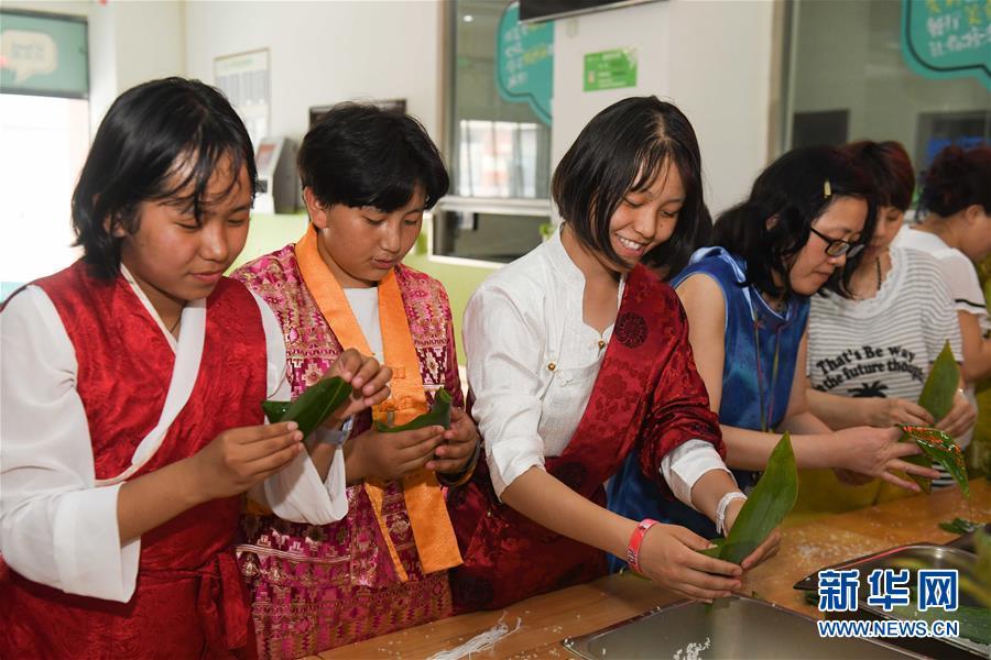 지난 5일 안후이(安徽)성 허페이(合肥)시 제35중학교(三十五中學) 시짱(西藏)반의 학생들이 쭝쯔(粽子: 찹쌀을 갈대 잎이나 대나무 잎에 싸서 찐 음식)를 만들고 있다. [사진 출처: 신화망]<br/>