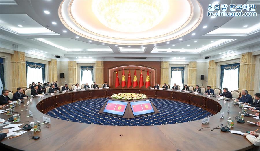 6월 13일, 시진핑 중국 국가주석이 비슈케크에서 소론바이 제엔베코프 키르기스스탄 대통령과 회담을 가졌다. [촬영/ 신화사 기자 리쉐런(李學仁)]