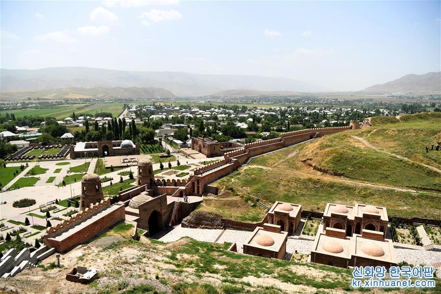 구워서 말린 적벽돌로 쌓은 히소르성은 타지키스탄 수도 두샨베 이서 약25km에 자리하고 있으며, 3000여년의 역사를 자랑한다. 소련과학원과 타지키스탄대 학자의 고증에 의하면 장건이 대완에서 귀국할 때 이곳을 지나면서 중앙아시아 중심 대완, 대하, 소그드 지역의 자료를 수집해 후세가 실크로드의 번성을 실증하는 데 중요한 지리적 정보를 제공했다고 한다. [촬영/신화사 기자 사다티(沙達提)]<br/>