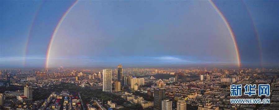 지난 11일 저녁 중국 지린(吉林)성 창춘(長春)시 하늘 위에 쌍무지개가 떴다. (전 방향 촬영 사진, 드론으로 촬영) [사진 출처: 신화망]