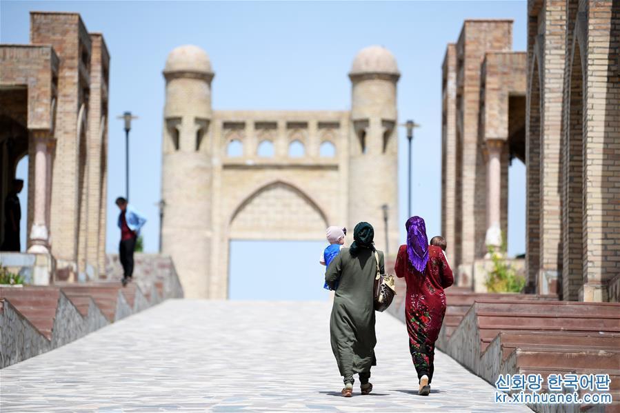 구워서 말린 적벽돌로 쌓은 히소르성은 타지키스탄 수도 두샨베 이서 약25km에 자리하고 있으며, 3000여년의 역사를 자랑한다. 소련과학원과 타지키스탄대 학자의 고증에 의하면 장건이 대완에서 귀국할 때 이곳을 지나면서 중앙아시아 중심 대완, 대하, 소그드 지역의 자료를 수집해 후세가 실크로드의 번성을 실증하는 데 중요한 지리적 정보를 제공했다고 한다. [촬영/신화사 기자 사다티(沙達提)]