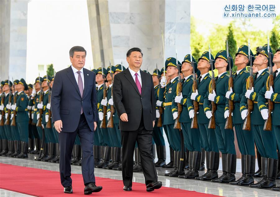 회담에 앞서, 제엔베코프 대통령이 비슈케크 국빈관 회의센터 앞 광장에서 시진핑 주석을 위해 성대한 환영식을 가졌다. 이는 양국 정상이 의장대를 사열하는 장면이다. [촬영/ 신화사 기자 가오제(高潔)]<br/>