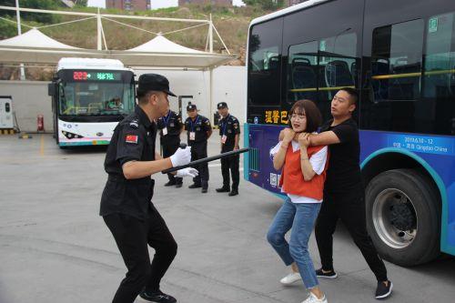 温馨巴士举行反恐消防演练1