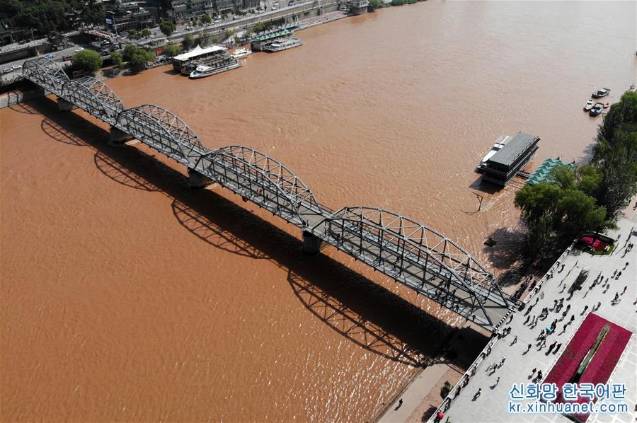 황허 란저우 구간의 중산교.(6월12일 드론 촬영) 간쑤성 란저우시는 중국에서 유일하게 황허가 가로지르는 도시다. 1909년 란저우 황허 철교 &lsquo;중산교&rsquo;가 준공됐다. 황허 란저우 구간에는 여전히 웅장한 자태를 자랑하는 110살 된 중산교 외에도 20여 개의 현대화 교량이 황허 양안을 연결하고 있다. 천연 요새를 도로로 변신시킨 이들 교량들은 여행객들이 황허 양안의 풍광을 느낄 수 있도록 하는 란저우 역사인문의 랜드마크 역할을 하고 있다. [촬영/신화사 기자 판페이쿤(范培坤)]<br/>