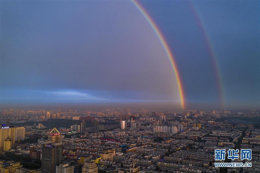 지난 11일 저녁 중국 지린(吉林)성 창춘(長春)시 하늘 위에 쌍무지개가 떴다. (전 방향 촬영 사진, 드론으로 촬영) [사진 출처: 신화망]<br/>