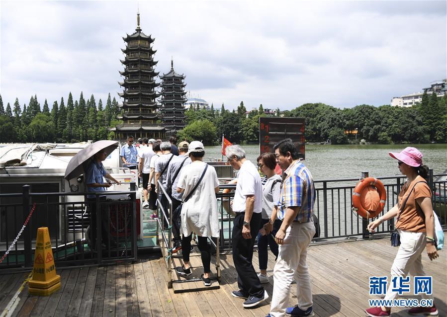 <br/>   6月13日,游客准备坐船游览桂林风光。 当日,广西桂林连日阴雨天气暂停,吸引不少游客前来旅游观光。 新华社记者 曹祎铭 摄<br/>