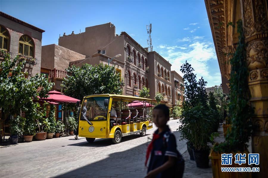 여행객을 실은 차가 카스고성(喀什古城) 길거리를 달리고 있다. [사진 출처: 신화망]