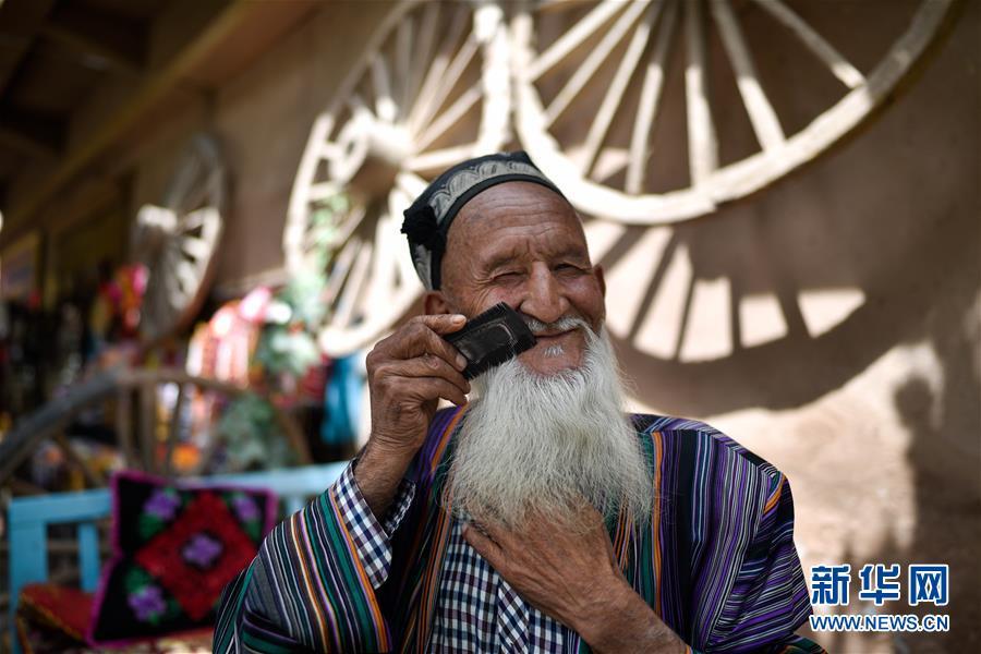 카스고성(喀什古城) 관광지에서 현지인이 휴식을 취하고 있다. [사진 출처: 신화망]<br/>