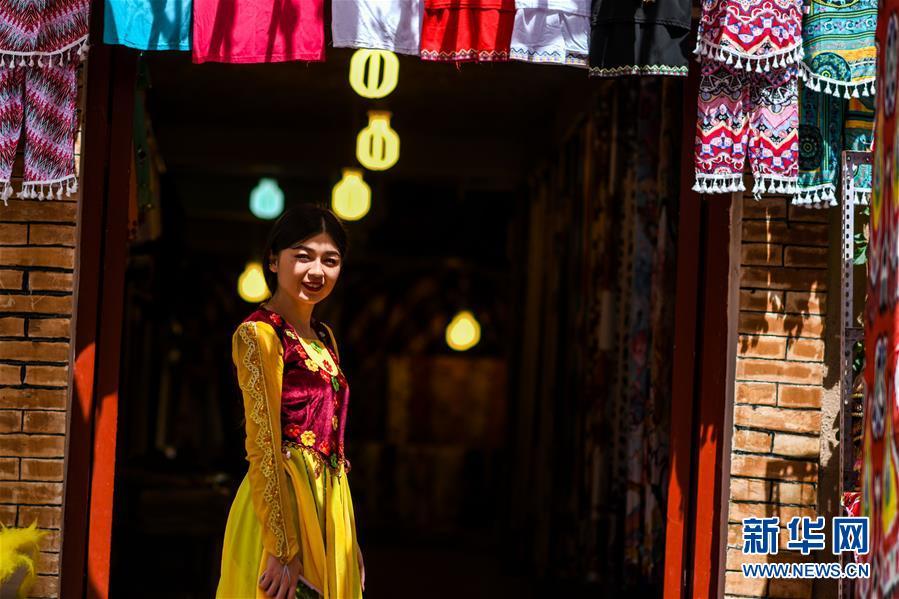 카스고성(喀什古城) 관광지 모 상점 앞에 전통의상을 입은 직원이 서 있다. [사진 출처: 신화망]  초여름, 중국 신장(新疆) 카스(喀什)는 관광 성수기를 맞아 각지에서 물 밀듯 밀려오는 여행객을 맞이하고 있다. 카스고성(古城) 관광지에서는 &lsquo;사로명주(絲路明珠: 실크로드 위 보물이라는 뜻)&rsquo;의 역사와 풍습을 느낄 수 있다. 관계자에 따르면 카스고성 관광지는 올해 성수기를 맞아 경치를 가꾸고 서커스 공연을 준비하고 가이드의 수준을 높이는 등 여행객에게 더 나은 서비스를 제공한다고 밝혔다.<br/>
