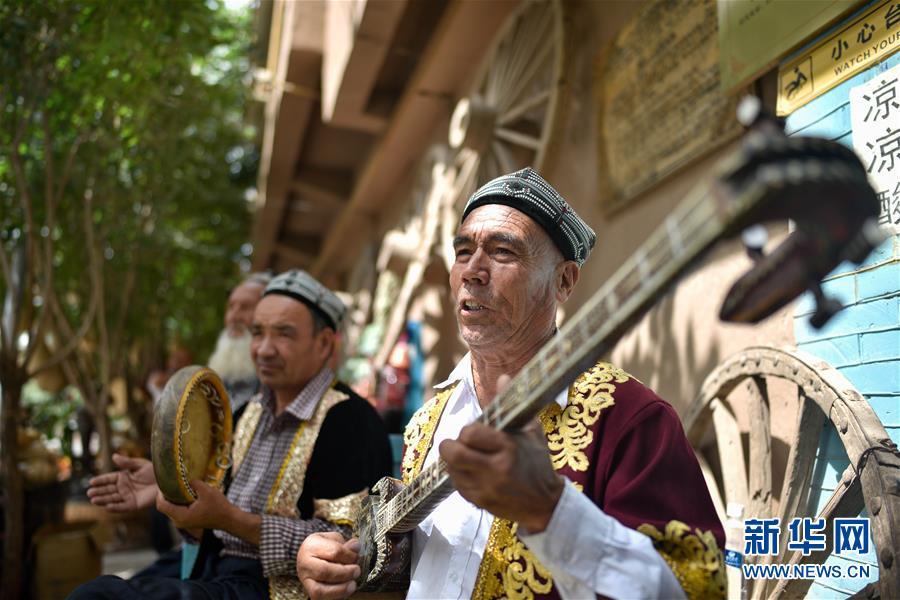카스고성(喀什古城) 관광지에서 현지 예술가들이 여행객에게 공연을 펼치고 있다. [사진 출처: 신화망]<br/>