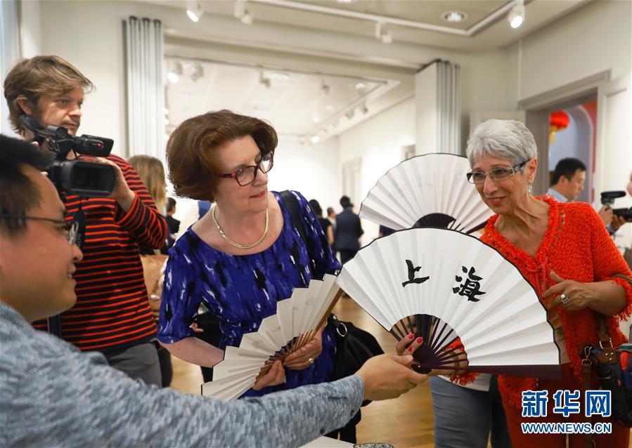벨기에 수도 브리쉘에 위치하고 있는 중국문화센터, 참관객들이 쥘부채를 관람하고 있다. [사진 출처: 신화망]