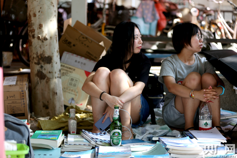 毕业季来临,跳蚤市场可以算是高校独有的特色之一。6月23日,在山东大学趵突泉校区,毕业生们将书籍、衣服、小电器等物品转卖给需要的人,可谓是&ldquo;又好又便宜&rdquo;。<br/>