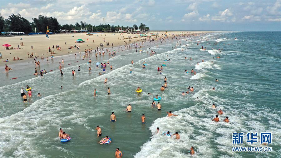 6月25日,游客在广西北海市银滩游玩(无人机拍摄)。 近日,广西北海市银滩进入旅游旺季。 新华社记者 张爱林 摄<br/>