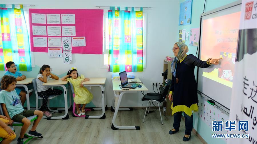 모로코 북부 도시 탕헤르, 라바트 중국문화센터 직원이 학생들에게 중국에 대해 설명하고 있다. [사진 출처: 신화망]<br/>