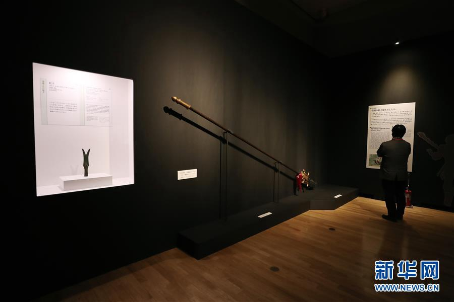 7월 8일 도쿄 국립박물관, 한 참관객이 장비(張飛)가 사용하던 병기 사모(蛇矛) 관련 전시품을 관람하고 있다. [사진 출처: 신화망]